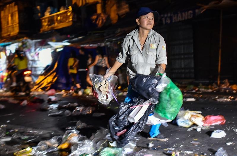 Câu chuyện muôn thuở: Đường phố Hà Nội ngập ngụa rác trong đêm Trung thu 9