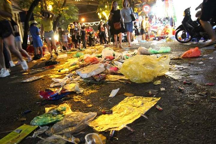 Câu chuyện muôn thuở: Đường phố Hà Nội ngập ngụa rác trong đêm Trung thu 3