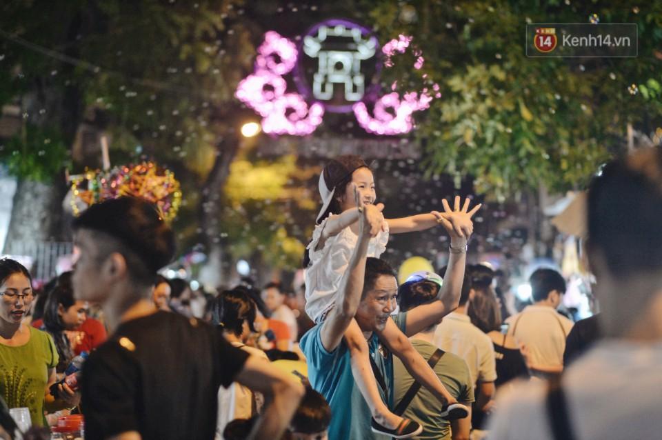 Rằm Trung thu ở Sài Gòn và Hà Nội: Người lớn vã mồ hôi, trẻ em òa khóc vì kẹt giữa biển người trong phố lồng đèn 2