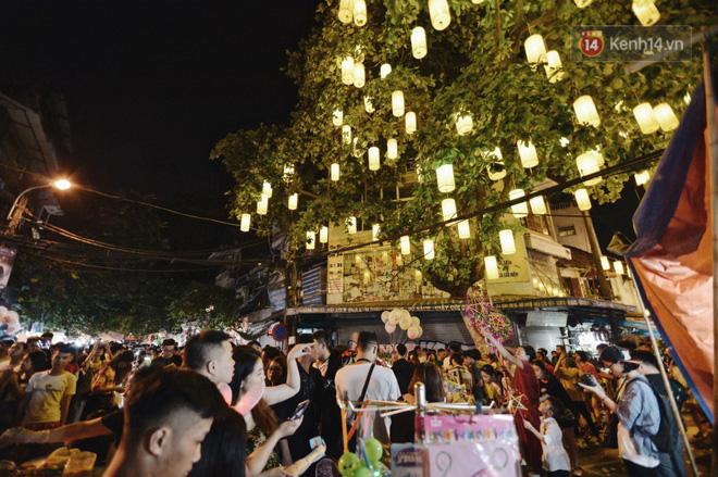 Rằm Trung thu ở Sài Gòn và Hà Nội: Người lớn vã mồ hôi, trẻ em òa khóc vì kẹt giữa biển người trong phố lồng đèn 8