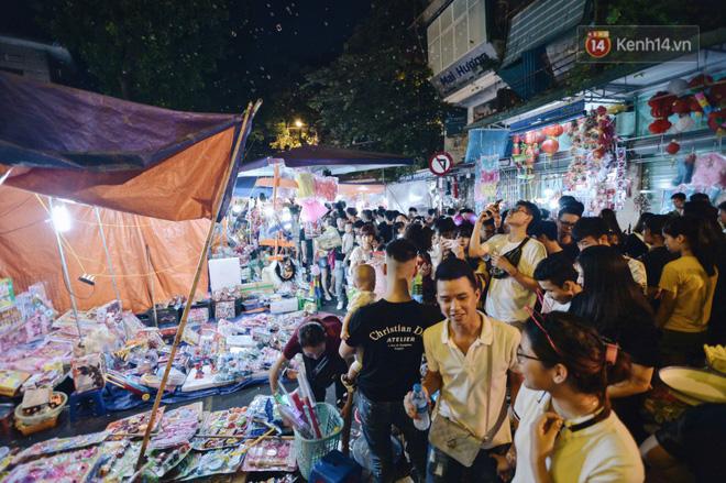 Rằm Trung thu ở Sài Gòn và Hà Nội: Người lớn vã mồ hôi, trẻ em òa khóc vì kẹt giữa biển người trong phố lồng đèn 4
