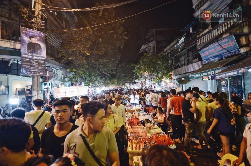 Rằm Trung thu ở Sài Gòn và Hà Nội: Người lớn vã mồ hôi, trẻ em òa khóc vì kẹt giữa biển người trong phố lồng đèn 3