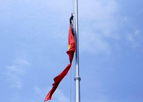 Cách treo cờ rủ đúng quy định trong Lễ Quốc tang 1