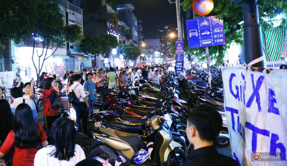 Rằm Trung thu ở Sài Gòn và Hà Nội: Người lớn vã mồ hôi, trẻ em òa khóc vì kẹt giữa biển người trong phố lồng đèn 18