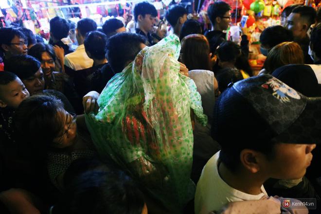 Rằm Trung thu ở Sài Gòn và Hà Nội: Người lớn vã mồ hôi, trẻ em òa khóc vì kẹt giữa biển người trong phố lồng đèn 21