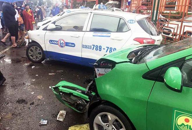 Tai nạn liên hoàn, nhiều ô tô biến dạng 1