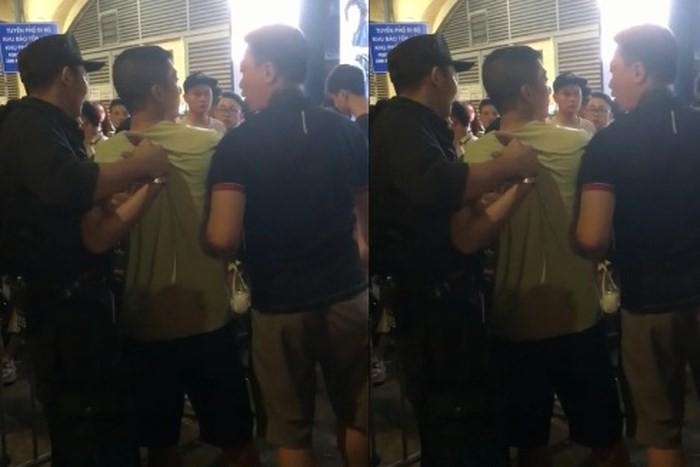 Người đàn ông hung hăng tấn công cảnh sát cơ động trên phố đi bộ 1