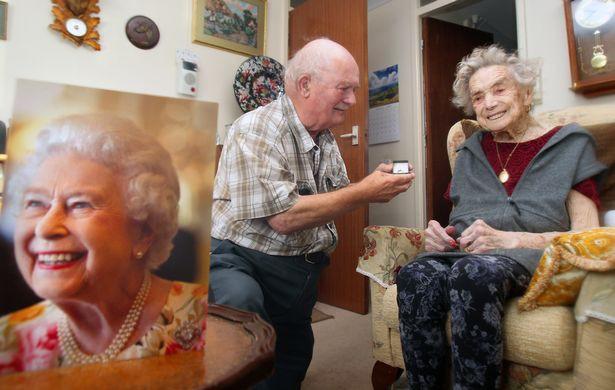 Hy hữu: Cụ bà 100 tuổi kết hôn với chú rể kém mình 26 tuổi 1