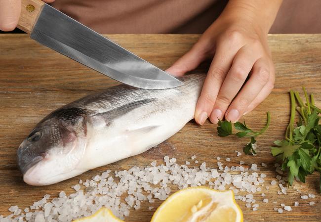 Lần sau rán cá, chị em cứ cho thêm 1 thìa gia vị này vào, đảm bảo không bị bắn dầu mà món cá rán thì ngon bất bại 3
