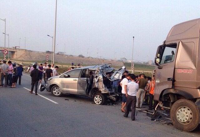 Vụ container tông Innova trên cao tốc: