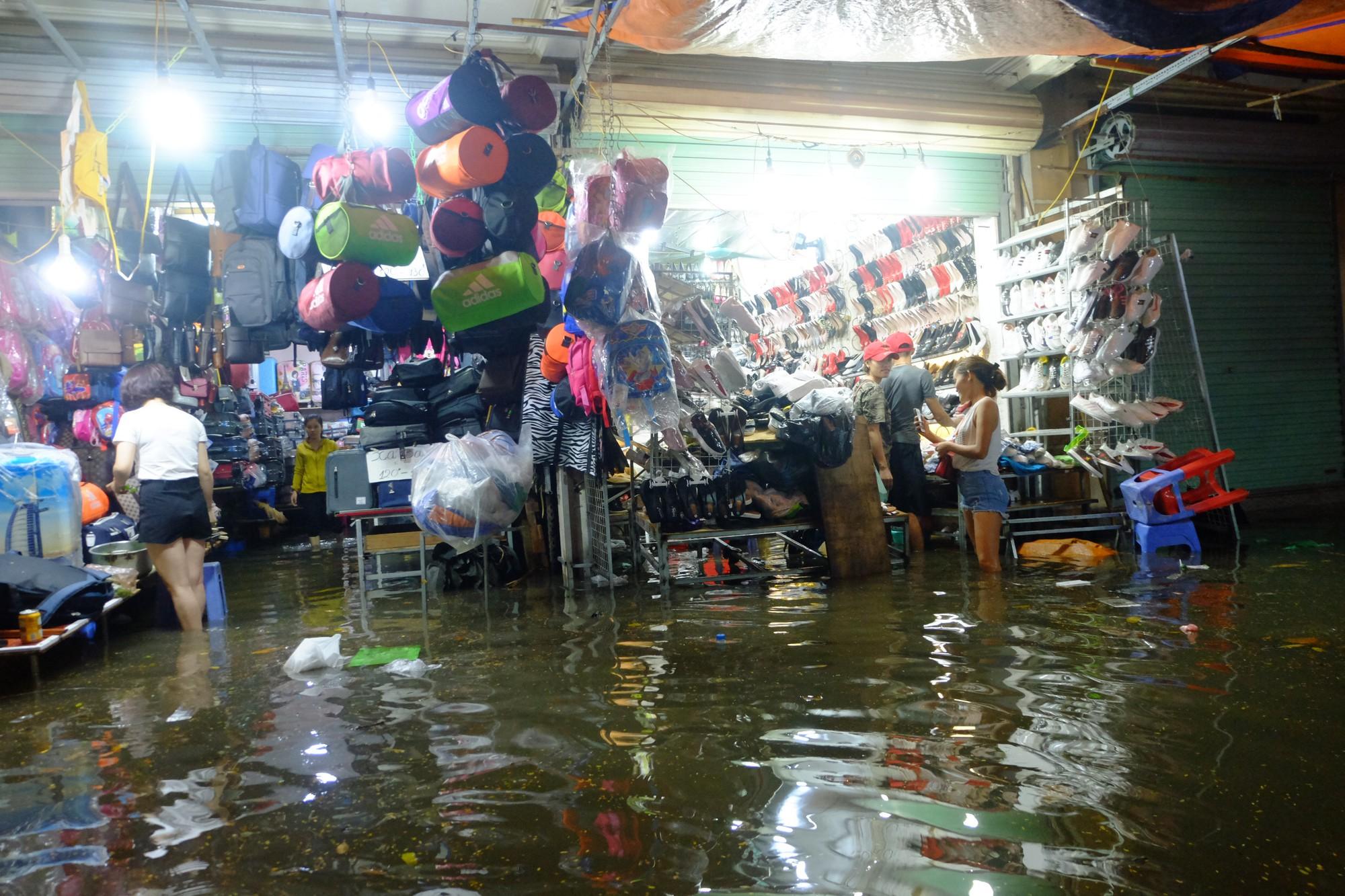 Hà Nội ngập sau cơn mưa lớn, rác trôi lềnh bềnh nhiều tuyến phố 3
