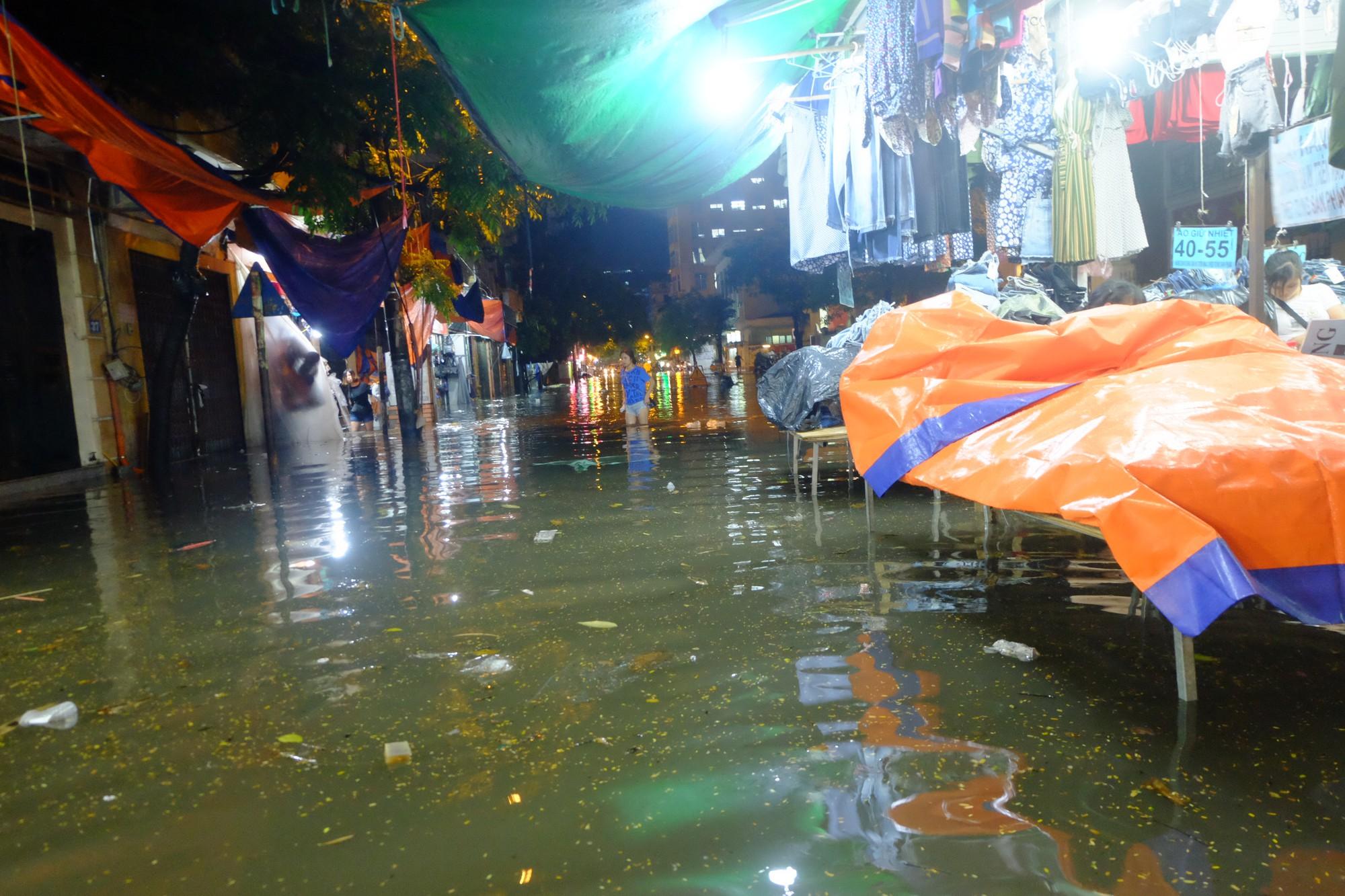 Hà Nội ngập sau cơn mưa lớn, rác trôi lềnh bềnh nhiều tuyến phố 5