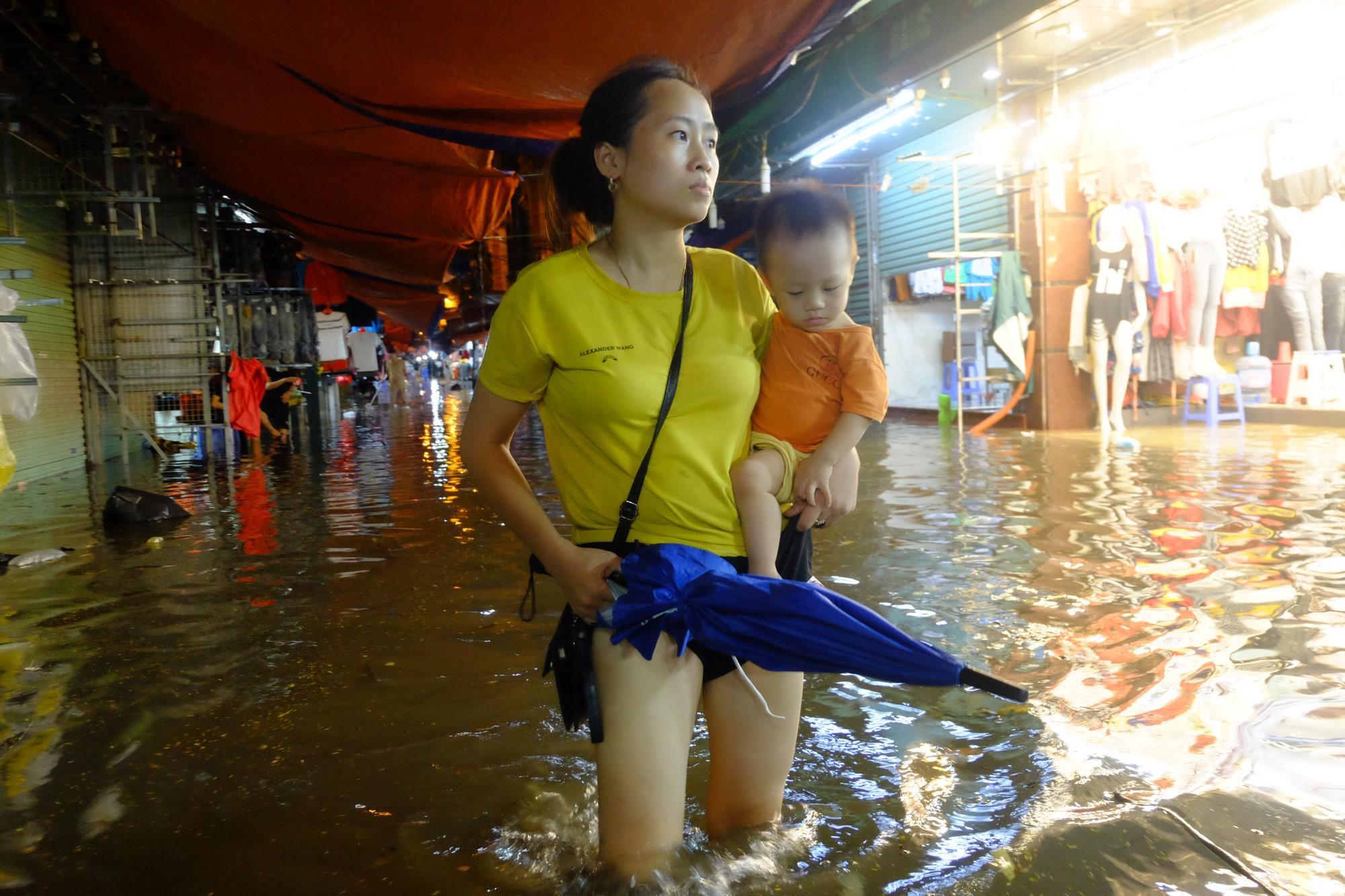 Hà Nội ngập sau cơn mưa lớn, rác trôi lềnh bềnh nhiều tuyến phố 6