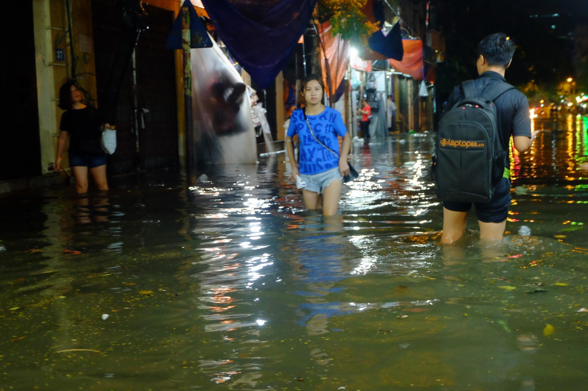 Hà Nội ngập sau cơn mưa lớn, rác trôi lềnh bềnh nhiều tuyến phố 7