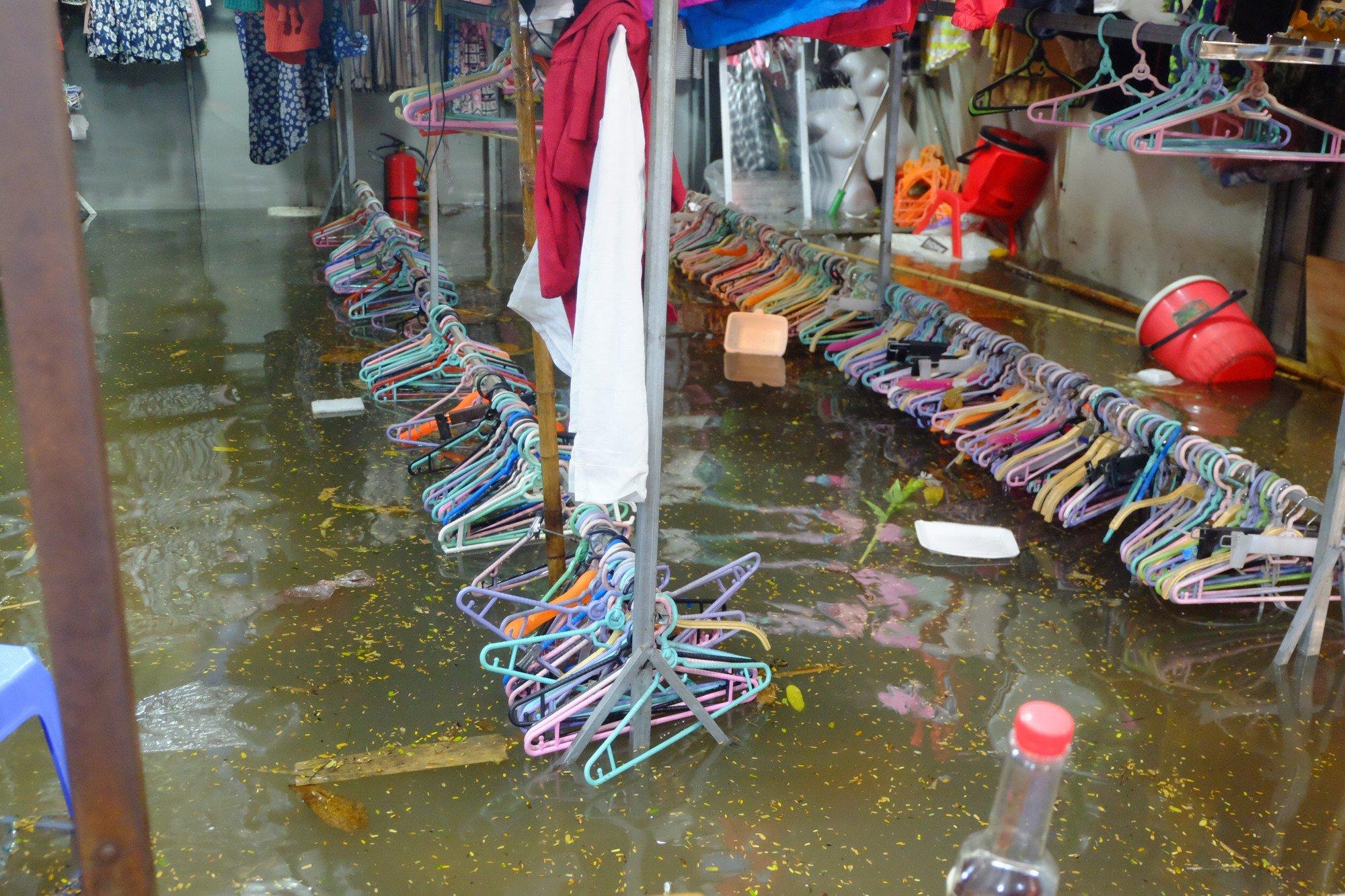 Hà Nội ngập sau cơn mưa lớn, rác trôi lềnh bềnh nhiều tuyến phố 1