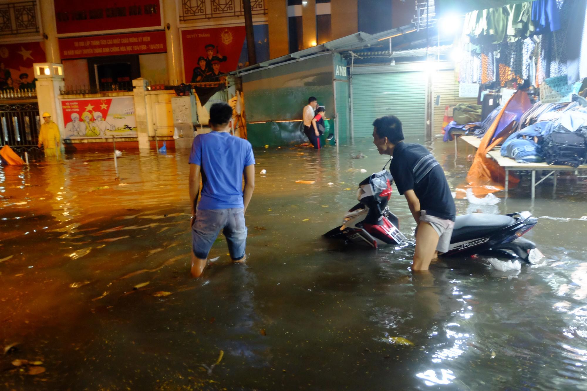 Hà Nội ngập sau cơn mưa lớn, rác trôi lềnh bềnh nhiều tuyến phố 8
