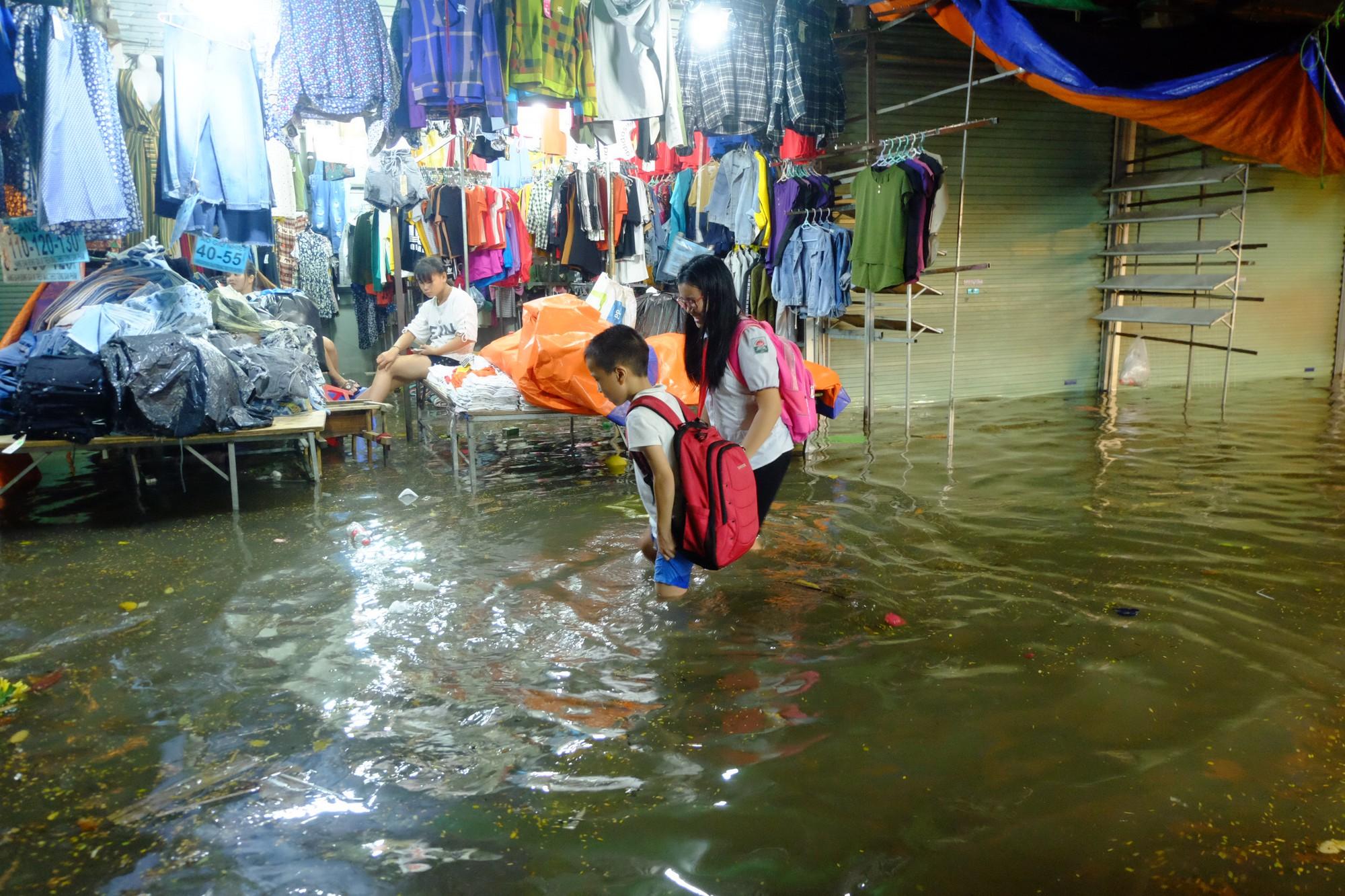 Hà Nội ngập sau cơn mưa lớn, rác trôi lềnh bềnh nhiều tuyến phố 13