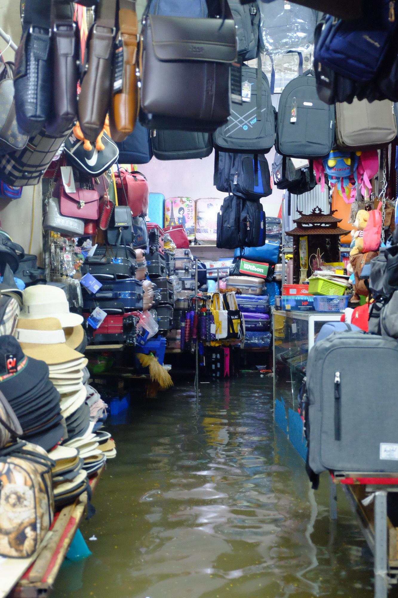 Hà Nội ngập sau cơn mưa lớn, rác trôi lềnh bềnh nhiều tuyến phố 14