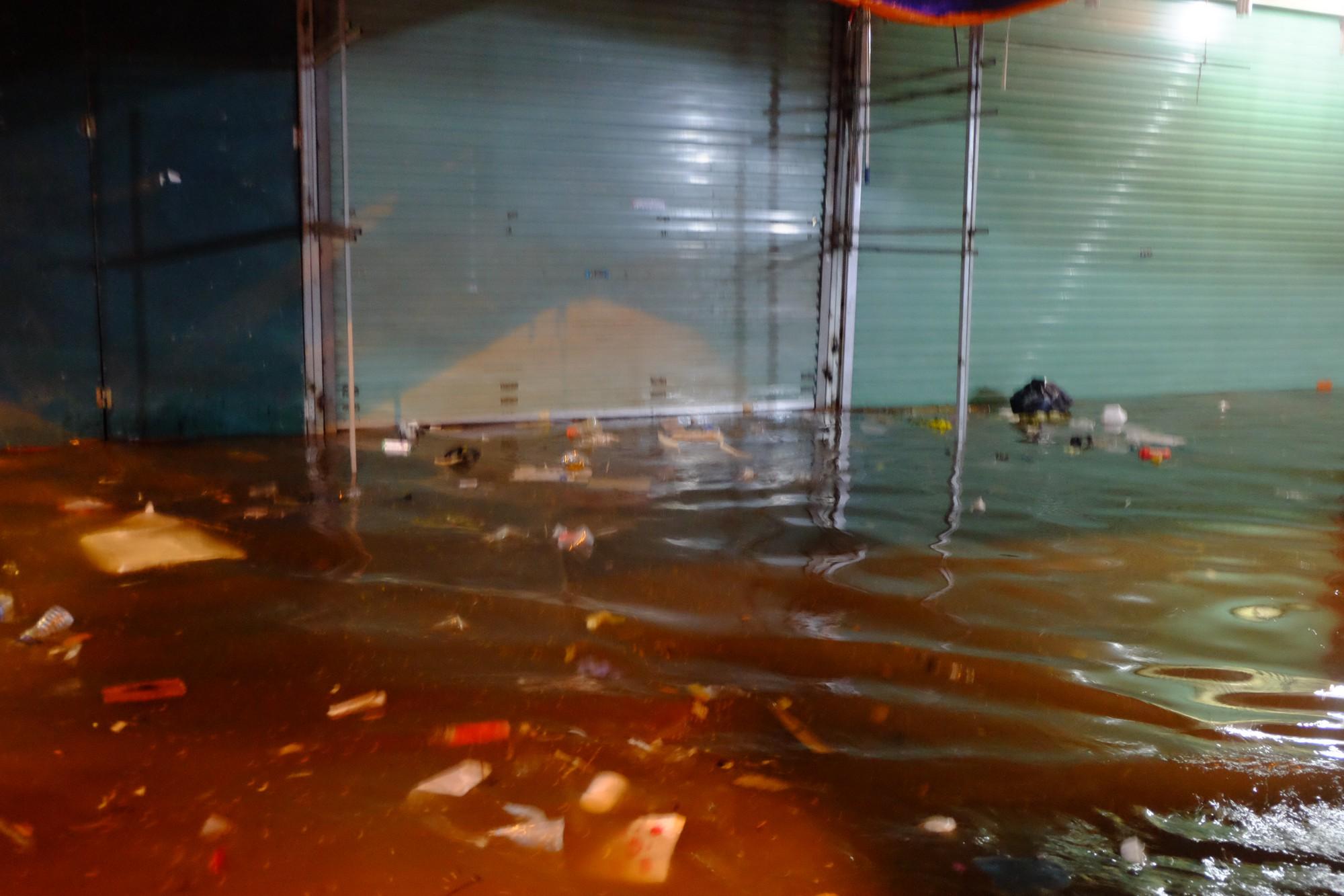 Hà Nội ngập sau cơn mưa lớn, rác trôi lềnh bềnh nhiều tuyến phố 15
