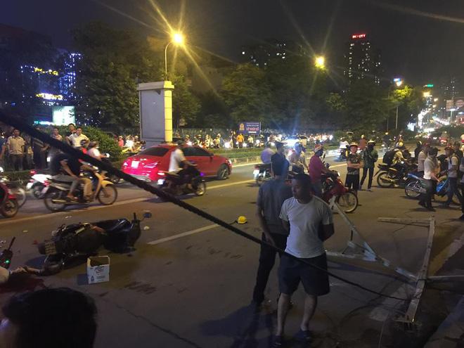 Thanh sắt giàn giáo rơi xuống đường giờ cao điểm đè trúng 3 xe máy, 1 phụ nữ tử vong 1
