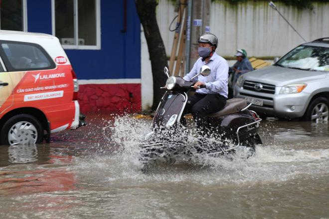 Phố nhà giàu ở Sài Gòn ngập nặng sau mưa 1