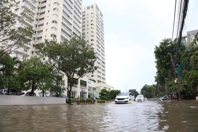 Phố nhà giàu ở Sài Gòn ngập nặng sau mưa 7