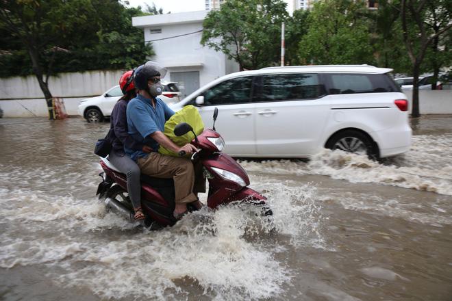 Phố nhà giàu ở Sài Gòn ngập nặng sau mưa 8