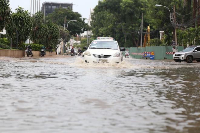 Phố nhà giàu ở Sài Gòn ngập nặng sau mưa 10