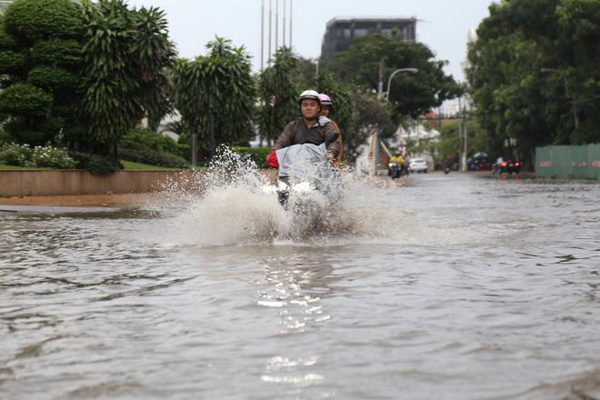 Phố nhà giàu ở Sài Gòn ngập nặng sau mưa 11