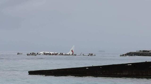 Máy bay chở 47 người mất đà, lao xuống biển  2