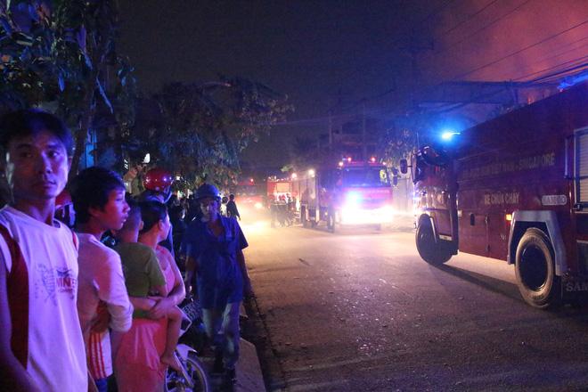 Cảnh sát đục tôn chữa cháy công ty gỗ rộng hàng nghìn m2 ở Bình Dương 5