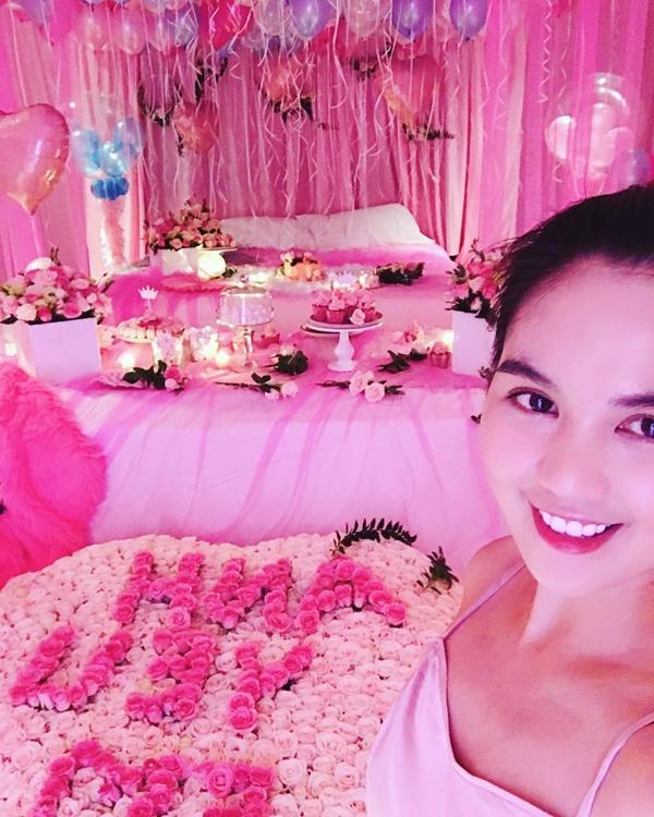 Ngọc Trinh bất ngờ trước phòng ngủ đầy nến và hoa do người yêu chuẩn bị 2