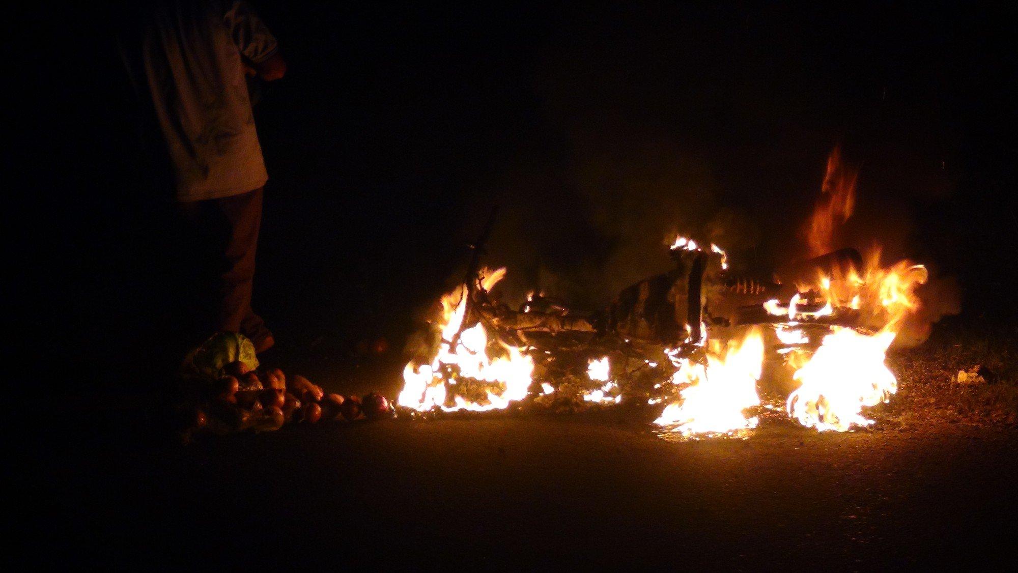 Cặp vợ chồng vứt xe thoát thân khi xe máy bốc cháy ngùn ngụt lúc đang đổ đèo 2