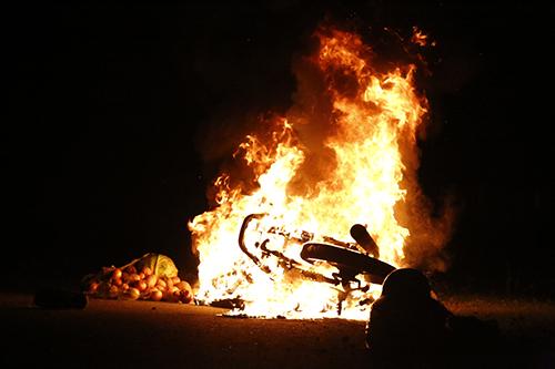 Cặp vợ chồng vứt xe thoát thân khi xe máy bốc cháy ngùn ngụt lúc đang đổ đèo 1