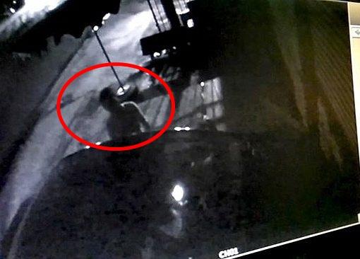 Kẻ trộm bịt mặt thản nhiên lấy ô tô trước cửa phòng khám ở Tiền Giang trong tích tắc 1