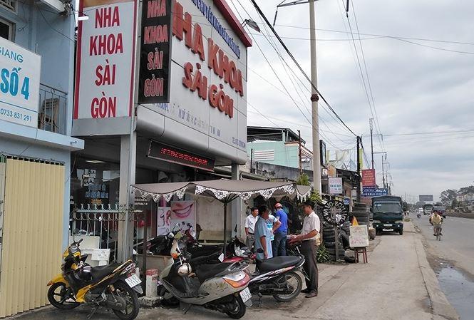 Kẻ trộm bịt mặt thản nhiên lấy ô tô trước cửa phòng khám ở Tiền Giang trong tích tắc 2