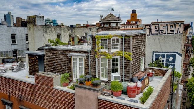 Căn hộ nhỏ xây trên sân thượng tòa chung cư cũ có gì đặc biệt khi được rao bán với giá gần 82 tỷ đồng? - Ảnh 3.