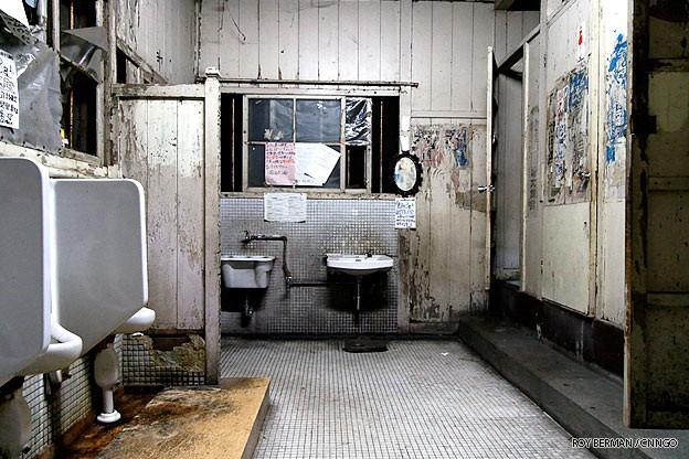 Khu ký túc xá 105 tuổi tại Nhật tuy hoang tàn, đổ nát, có thể sập bất cứ lúc nào nhưng sinh viên không chịu dời đi vì lý do đặc biệt này 3