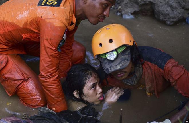 24h qua ảnh: Máy xúc đào mồ chôn tập thể nạn nhân sóng thần Indonesia 11