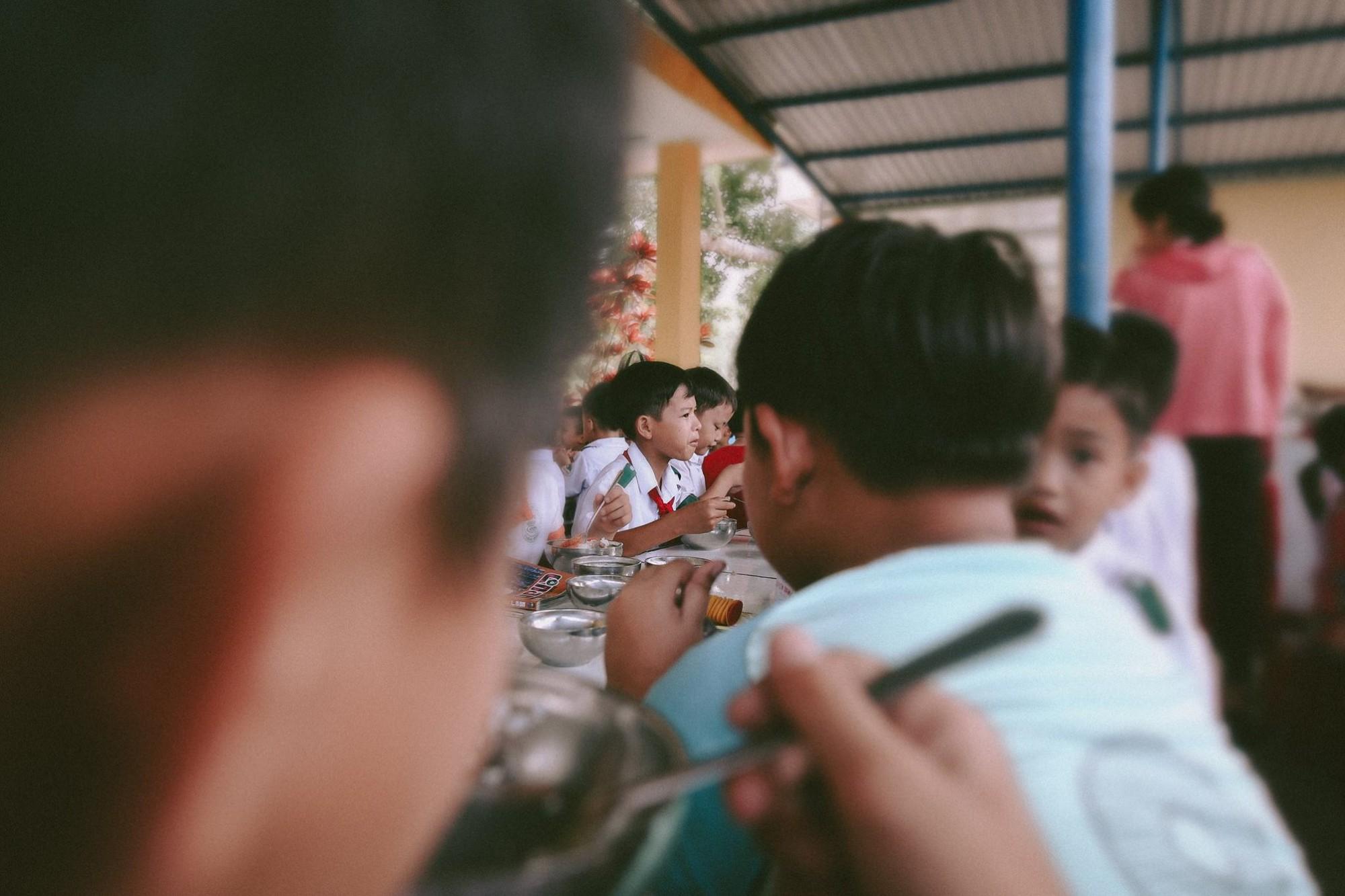 Bộ ảnh xúc động về cậu bé mồ côi ở Quảng Nam tự lập từ năm 12 tuổi, nuôi lợn để được đến trường 6