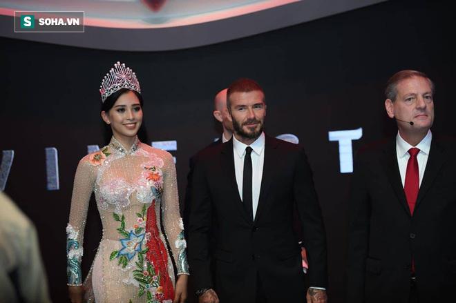 Hoa hậu Trần Tiểu Vy rạng rỡ sánh đôi bên David Beckham trên sân khấu ra mắt xe hơi VINFAST 1