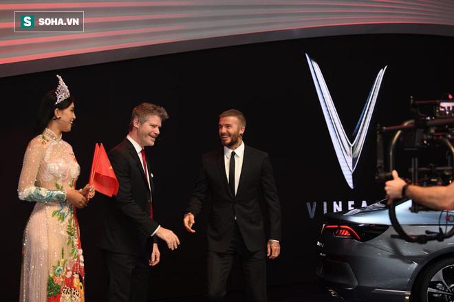 Hoa hậu Trần Tiểu Vy rạng rỡ sánh đôi bên David Beckham trên sân khấu ra mắt xe hơi VINFAST 6
