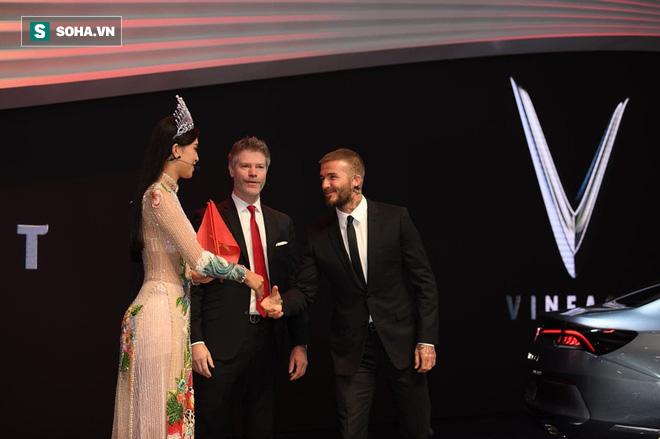 Hoa hậu Trần Tiểu Vy rạng rỡ sánh đôi bên David Beckham trên sân khấu ra mắt xe hơi VINFAST 8