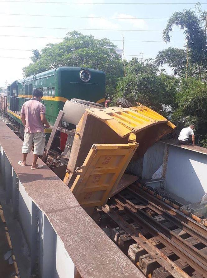 Hình ảnh Băng qua đường sắt xe tải bị tàu hỏa đâm trúng, 5 người bị thương số 2
