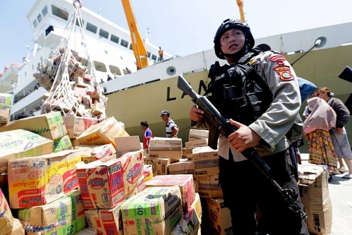 Xúc động khoảnh khắc cặp vợ chồng đoàn tụ sau 2 ngày thất lạc do động đất, sóng thần ở Indonesia 3