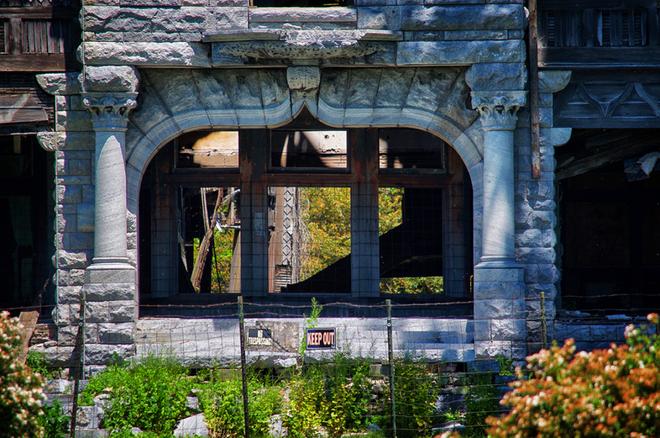 """Carleton Villa: Biệt thự nguy nga tráng lệ giờ chỉ là đống đổ nát hoang tàn bởi """"lời nguyền"""" tang tóc làm cả gia tộc lụi tàn 16"""