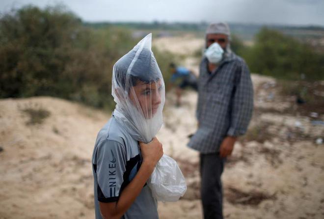 24h qua ảnh: Người dân cướp bóc tìm thức ăn sau thảm họa sóng thần ở Indonesia - Ảnh 2.