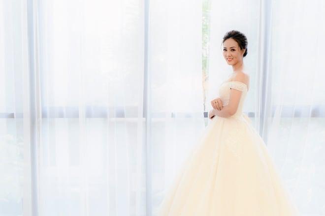 Lại lộ thêm ảnh bạn gái Công Lý đi thử váy cưới gợi cảm - Ảnh 1.