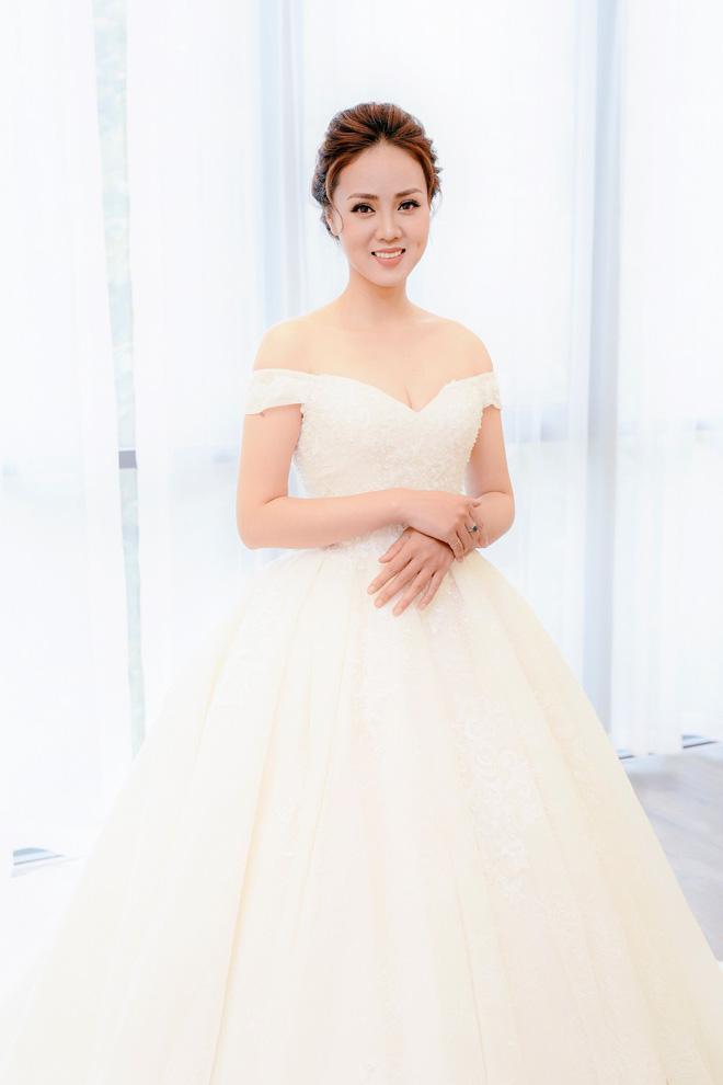 Lại lộ thêm ảnh bạn gái Công Lý đi thử váy cưới gợi cảm 2