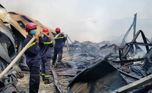 Cháy lớn tại xưởng sản xuất bàn ghế mây ở Huế, khói đen bốc cao hàng chục mét 3